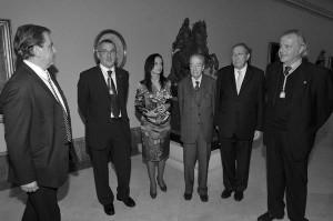 """FOTO MESA DE IZQ. A DCHA: FDO DE CORDOBA,RAMON GONZALEZ, DIRECTOR REAL ACADEMIA DE SAN FERNANDO,BEATRIZ CORREDOR MINISTRA DE VIVIENDA, CARLOS HERNANDEZ PEZZI PTE DEL CONSEJO SUPERIOR DE ARQUITECTOS DE ESPA""""A Y CARLOS VIDAL PINAR SANZ-CEBOLLOS SECRETARIO DEL CONSEJO SUPERIOR DE ARQUITECTOS DE ESPA""""ANavarro Baldeweg, Medalla de Oro de la Arquitectura 2008 El premio, concedido anualmente por el Consejo Superior de Arquitectos de Espa–a, ha reca'do este a–o en Juan Navarro Baldeweg. """"Su trayectoria refleja constancia, renuncias y una atenci—n poliŽdrica a todas las vertientes de la Arquitectura"""", ha escrito el Jurado del premio. Actualizado 17/09/2008 MADRID, Espa–a (S—lo Arquitectura) -- En el acta del jurado, ratificada el pasado d'a 10 de septiembre, se puede leer el siguiente acuerdo: """"Conceder la Medalla de Oro de la Arquitectura Espa–ola 2008 al arquitecto Juan Navarro Baldeweg porque asume el lugar y la historia de la Arquitectura y responde con una Arquitectura escueta que abre caminos. Su trayectoria refleja constancia, renuncias y una atenci—n poliŽdrica a todas las vertientes de la Arquitectura. Entre los candidatos que optaban este a–o al premio, estaban Alberto Campo Baeza, Javier Carvajal Ferrer y Guillermo V‡zquez Consuegra, entre otros. Juan Navarro Baldeweg (Santander, 1939), es tambiŽn conocido por su faceta de pintor y escultor. Entre su obra arquitect—nica se encuentra el Centro de Servicios Sociales y Biblioteca en la Puerta de Toledo de Madrid, el Palacio de Congresos y Exposiciones de Salamanca, la Sede de Consejer'as para la Junta de Extremadura en MŽrida, el Museo de las Cuevas de Altamira en Santillana del Mar, y Teatro del Canal, en Madrid."""
